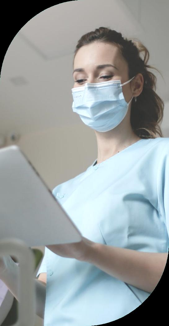 Hoitaja katsoo Tabletilta potilastietoja ja ottaa RAI-käyttöönottovalmennuksen ohjeet käyttöön